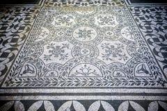 别墅艾德里安娜 与几何motifsdecorate的白色和黑马赛克各种各样的环境地板  意大利罗马 库存图片
