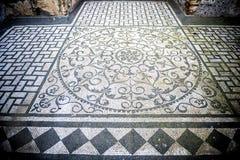 别墅艾德里安娜 与几何motifsdecorate的白色和黑马赛克各种各样的环境地板  意大利罗马 免版税库存图片