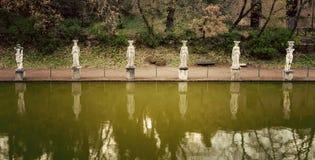 别墅艾德里安娜 Hadrian别墅的Canopus和女象柱在Tivoli,意大利 库存照片