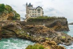 别墅贝尔查,比亚利兹,法国巴斯克地区岩石海岸线的峭壁的19世纪新中世纪样式房子- 库存照片