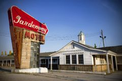 别墅里奇,密苏里,美国-大约2016年- Gardenway在路线66的汽车旅馆标志 库存照片