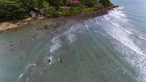 别墅鸟瞰图在树围拢的海滩的 免版税库存图片