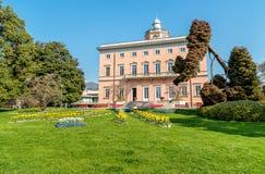 别墅Ciani看法与五颜六色的郁金香前景的在卢加诺公开城市公园  免版税库存照片