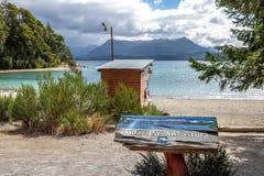 别墅La在巴伊亚Brava海湾的苦味液标志在纳韦尔瓦皮湖-别墅La苦味液,巴塔哥尼亚,阿根廷 图库摄影