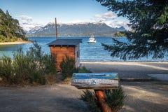 别墅La在巴伊亚Brava海湾的苦味液标志在纳韦尔瓦皮湖-别墅La苦味液,巴塔哥尼亚,阿根廷 库存图片
