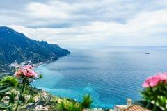 从别墅Rufolo,拉韦洛镇,阿马飞海岸的惊人的看法,在t 库存照片