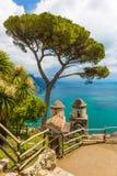 从别墅Rufolo,拉韦洛镇,阿马飞海岸,褶皱藻属地区,意大利的意想不到的看法 免版税库存图片