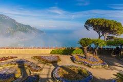 从别墅Rufolo,拉韦洛镇,阿马飞海岸,褶皱藻属的惊人的看法,在意大利南部 库存图片