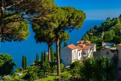 别墅Rufolo,阿马飞海岸,意大利一个美丽的庭院  免版税库存照片