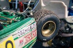 别尔哥罗德州,俄罗斯- 8月13 :在轮子的被遵守的干草,未认出的飞行员在轨道竞争在karting的体育 库存图片