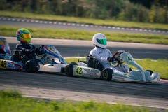 别尔哥罗德州,俄罗斯- 8月13 :未认出的飞行员在轨道竞争在karting系列Rotax最大杯皇家空军的体育 免版税库存照片