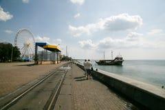 别尔江斯克,乌克兰- 2016年8月31日:与度假者的城市海滩 免版税库存照片