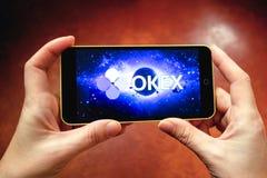 别尔江斯克,乌克兰- 2019年3月17日:在一个现代智能手机显示的OKEx商标 免版税库存图片