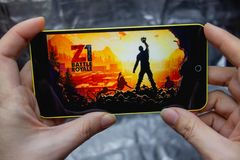 别尔江斯克,乌克兰- 2019年3月18日:手机屏幕特写镜头有H1Z1大逃杀流动比赛的在智能手机使用了 免版税库存照片
