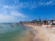 别尔江斯克,乌克兰2018年6月30日:海滩胜地seasonon亚速号海的海岸 人们在海滩晒日光浴 免版税库存图片
