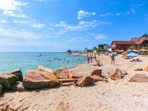 别尔江斯克,乌克兰2018年6月30日:海滩胜地seasonon亚速号海的海岸 人们在海滩晒日光浴 库存图片