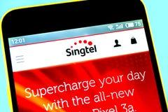 别尔江斯克,乌克兰- 2019年5月14日:SingTel网站主页说明社论  SingTel商标可看见在手机屏幕 免版税图库摄影