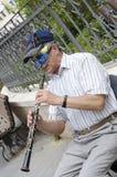 别是巴,以色列 人3月24日,戴着面具和帽子的A弹在街道上的一个喇叭在普珥节 免版税库存照片