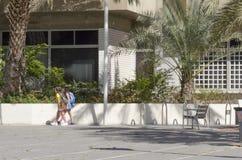 别是巴,以色列 女孩3月24日,在一条城市街道上的两个在夏天 库存照片