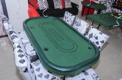别是巴,以色列 室3月24日,一个党的仿照有猩红色和黑色气球和桌的一个赌博娱乐场样式 免版税库存图片