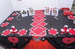 别是巴,以色列 室3月24日,一个党的仿照有猩红色和黑色气球和桌的一个赌博娱乐场样式 图库摄影