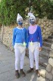 别是巴,以色列 少年3月24日,蓝色地精服装的两个在普珥节 库存照片