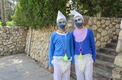 别是巴,以色列 少年3月24日,蓝色地精服装的两个在普珥节 免版税库存图片