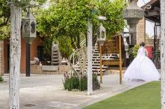 别是巴,以色列 新娘3月24日,一件白色礼服的步行的在` Agamim `的公园 图库摄影