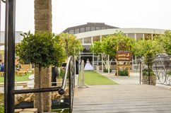 别是巴,以色列 新娘3月24日,一件白色礼服的步行的在` Agamim `的公园 库存照片