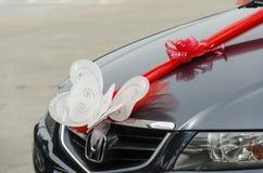 别是巴,以色列 3月24日,白色蝴蝶和猩红色在一辆黑婚礼汽车鞠躬 库存图片