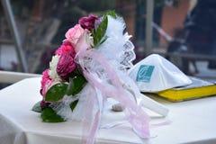 别是巴,以色列 4月13日, -新娘花束、犹太大包从` Agamim `庆祝大厅的商标和torah 库存照片