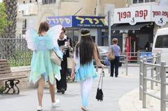 别是巴,以色列 3月24日-狂欢节服装的妇女在普珥节的街道上 免版税图库摄影