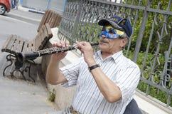 别是巴,以色列 面具的3月24日, A演奏在普珥节的人和盖帽长笛 免版税库存照片