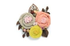 别针手工制造从包括灰色,桃红色和黄色颜色的三朵花织品 库存照片