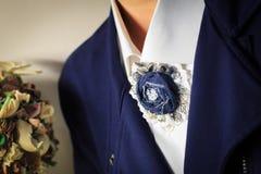 别针手工制造以从牛仔布的一朵花的形式作为妇女西装的补充 免版税库存图片