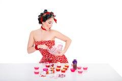 别针的妇女样式和杯形蛋糕 库存照片