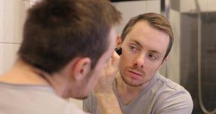 刮与整理者的人面孔看镜子在卫生间里 股票录像