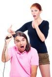 刮他的与头发整理者的疯狂的人题头 免版税库存图片