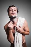 刮他的胡子的性感的人 免版税库存图片