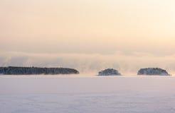 刮大风雪风暴来自海到冻海湾 图库摄影