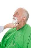 刮客户的Feamale理发师 免版税库存照片