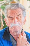 刮年长人 免版税图库摄影