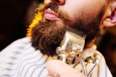 刮您的胡子在理发店 免版税库存照片