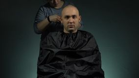 刮战士的美发师 股票录像