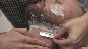 刮有普通刀片的理发师有胡子的人在沙龙 男性护肤概念 股票视频