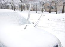 刮水器结冰对汽车的挡风玻璃 免版税库存图片