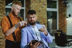 刮理发店的理发师一个有胡子的人 发廊和理发师葡萄酒 老人参观的发式专家  库存图片
