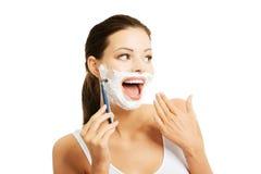 刮胡子的愉快的妇女画象 免版税库存照片
