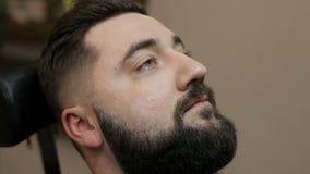 刮胡子的过程在理发店 股票视频