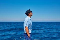刮胡须海员帽人航行小船的海海洋 免版税库存图片